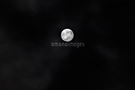 小さい満月の写真素材 [FYI03426668]