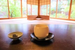和室で庭を眺めながらお茶を飲むイメージの写真素材 [FYI03426672]