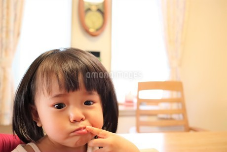 指をくわえる女の子の写真素材 [FYI03426690]