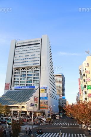 中野駅前の街並み(縦)の写真素材 [FYI03426721]