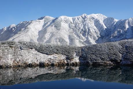 新雪の立山(別山)とみくりが池の写真素材 [FYI03426862]