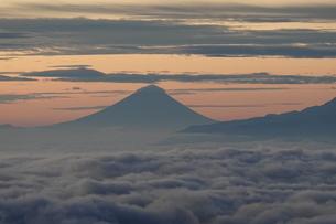 朝焼けの富士山と雲海の写真素材 [FYI03426911]