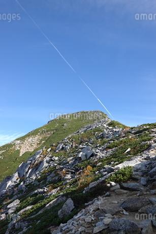 常念岳と飛行機雲の写真素材 [FYI03426918]