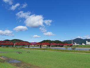 四万十川の赤い橋の写真素材 [FYI03427080]