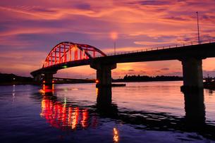 サザンゲートブリッジと夕焼けの写真素材 [FYI03427193]