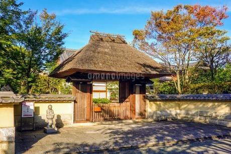 秋の京都、茅葺屋根の山門の写真素材 [FYI03427515]