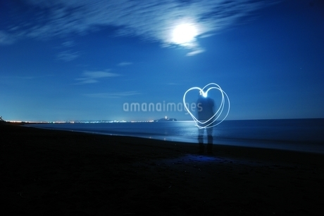 月夜の海のペンライトアートの写真素材 [FYI03427527]