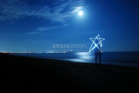 月夜の海のペンライトアートの写真素材 [FYI03427528]