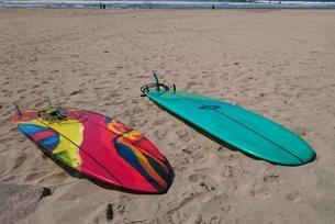 砂浜に置かれたサーフボードの写真素材 [FYI03427530]