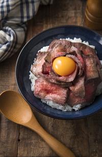 ローストビーフ丼の写真素材 [FYI03427698]