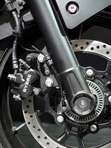 オートバイの前輪の写真素材 [FYI03427879]