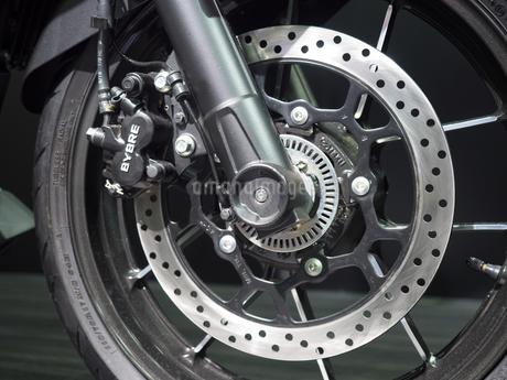 オートバイの前輪の写真素材 [FYI03427880]