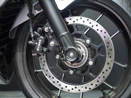 オートバイの前輪の写真素材 [FYI03427881]