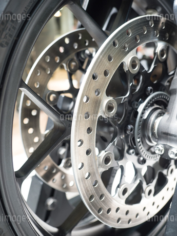 オートバイの後輪の写真素材 [FYI03427889]