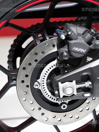 オートバイの後輪の写真素材 [FYI03427890]