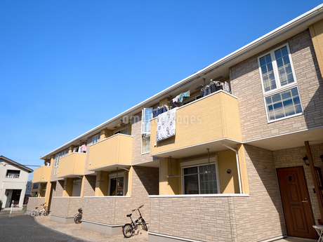 住宅街のアパートの写真素材 [FYI03428014]