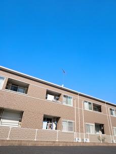 住宅街のアパートの写真素材 [FYI03428016]
