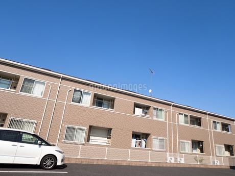 住宅街のアパートの写真素材 [FYI03428017]