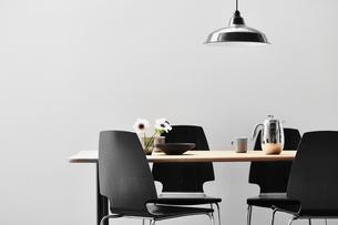 木天板のダイニングテーブルと黒い椅子の写真素材 [FYI03428074]