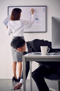 女性社員のお尻を見つめる上司の写真素材 [FYI03428081]