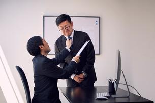 上司から必要以上の叱りを受ける部下の写真素材 [FYI03428086]