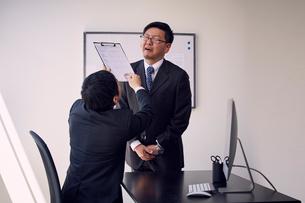上司から必要以上の叱りを受ける部下の写真素材 [FYI03428087]