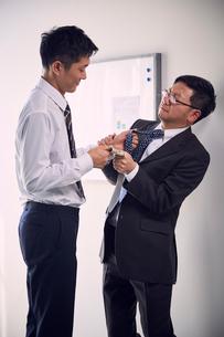 上司からお金を強請する業績優秀な若手社員の写真素材 [FYI03428098]