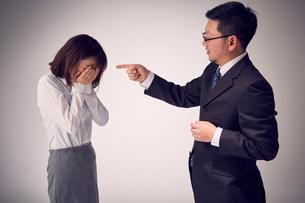 上司から説教を受けて大泣きする女性社員の写真素材 [FYI03428105]