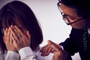 上司から説教を受けて大泣きする女性社員の写真素材 [FYI03428108]