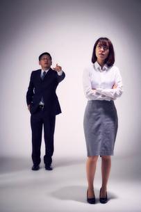 上司の説教を無視する女性社員の写真素材 [FYI03428110]