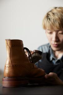 仕上がりを確認する靴職人の写真素材 [FYI03428141]