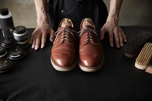 靴の修理を終えた職人の手元の写真素材 [FYI03428146]