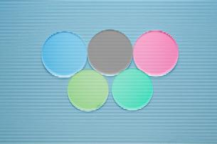 波型ボール紙の上の5色の丸いガラスの写真素材 [FYI03428150]