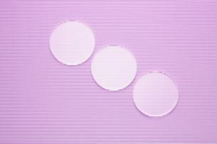 波型ボール紙の上の3つの丸いガラスの写真素材 [FYI03428151]