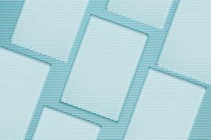波型ボール紙の上に並んだ四角いガラス板の写真素材 [FYI03428152]