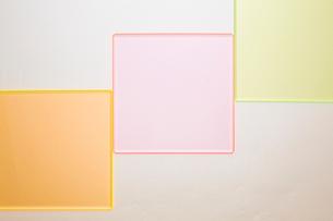 波型ボール紙の上に並んだ四角いガラス板の写真素材 [FYI03428154]