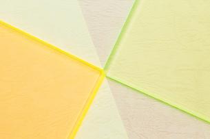 2色の紙の上の2色のガラス板の写真素材 [FYI03428159]