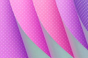 ピンク色の紙をめくるの写真素材 [FYI03428160]