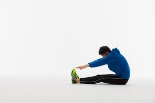 ストレッチをする男性の陸上選手の写真素材 [FYI03428161]