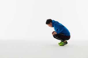 準備運動をする男性の陸上選手の写真素材 [FYI03428165]