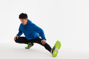 準備運動をする男性の陸上選手の写真素材 [FYI03428167]