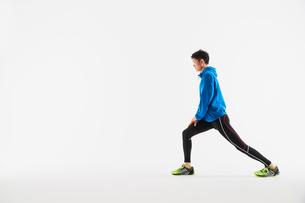 準備運動をする男性の陸上選手の写真素材 [FYI03428171]