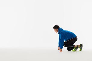 スタートの体制をとる男性の陸上選手の写真素材 [FYI03428174]