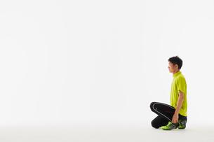 スタートの体制をとる男性の陸上選手の写真素材 [FYI03428175]