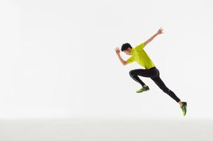 スタートの体制から走り出す男性の陸上選手の写真素材 [FYI03428176]