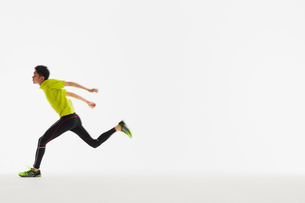 ゴール直前に胸を張る男性の陸上選手の写真素材 [FYI03428178]