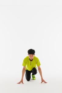 スタートの体制をとる男性の陸上選手の写真素材 [FYI03428180]