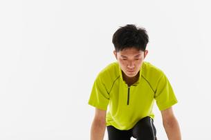 スタートの体制をとる男性の陸上選手の写真素材 [FYI03428181]