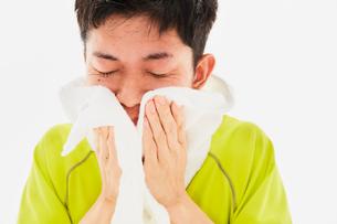 タオルで汗を拭く男性の写真素材 [FYI03428248]