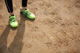 グラウンドに立つスポーツマンの写真素材 [FYI03428254]